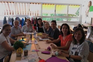 Familia-escuela colaborando juntos en el Proyecto Solidario